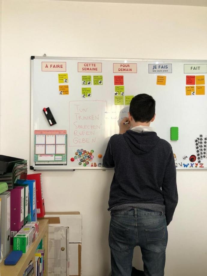 enfant entrain d'écrire atelier soutien scolaire