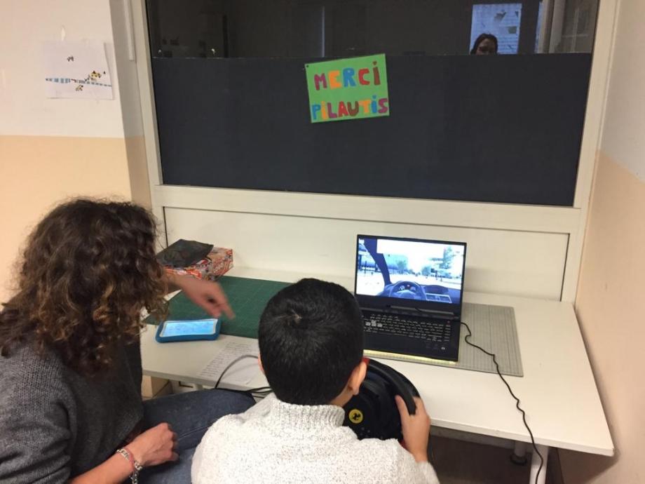 enfant entrain de jouer à la conduite d'une voiture virtuelle