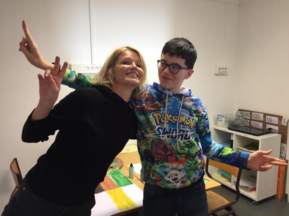 une bénévole et un enfant posant pour la photo atelier pilautis 06